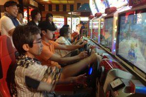 近くのゲームセンターで世代を超えたドライブレース!白熱した戦いを終え、社員の結束は一段と強くなりました!