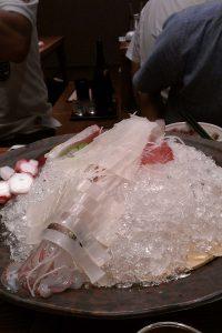博多名物水炊きともつ鍋の写真ではなく、一番歓声が上がった活イカの刺身です! (鍋は写真を取り忘れました。。。)